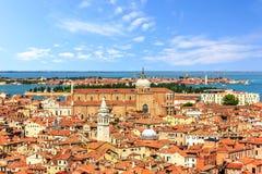 Basiliken und Dächer von Venedig, Ansicht von San Marco Campanile stockfotos