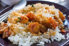 Basilikum gebratenes Schweinefleisch mit Reis stockfoto