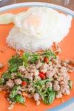 Basilikum gebratenes Schweinefleisch mit Reis lizenzfreies stockfoto