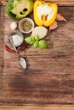 Basilikum mit Salz und Pfeffer balgarskih, Knoblauch lizenzfreies stockfoto