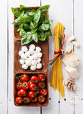 Basilikum, Mozzarella, Tomaten und Spaghettis Stockfotografie