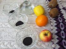 Basilikum sät den Nachtisch und kocht vegetarisches Lebensmittel Stockbild