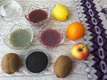 Basilikum sät den Nachtisch und kocht vegetarisches Lebensmittel Stockbilder