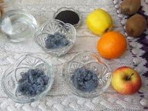 Basilikum sät den Nachtisch und kocht vegetarisches Lebensmittel Stockfotos