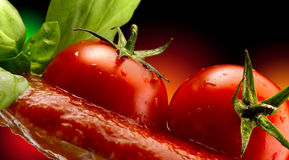 Basilikumteigwaren und Tomatensauce lizenzfreies stockfoto