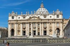 Basilique du ` s de place et de St Peter du ` s de St Peter de visite de touristes à Rome, Vatican, Italie Photos stock