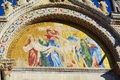 Basilique du ` s de St Mark, détail de la façade majestueuse, à Venise, l'Italie Image stock