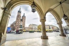 Basilique du ` s de tissu Hall et de St Mary sur la place du marché à Cracovie, P Photo stock