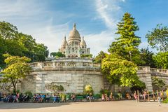 Basilique du Sacre Coeur σε Montmartre να εξισώσει ηλιόλουστο στοκ εικόνες με δικαίωμα ελεύθερης χρήσης