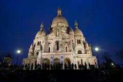 Basilique du Sacre Coeur en Montmartre, opinión de la noche Imágenes de archivo libres de regalías