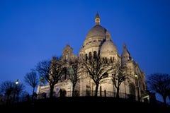 Basilique du Sacre Coeur en Montmartre, opinión de la noche Foto de archivo libre de regalías
