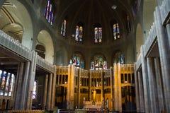 Basilique du Sacre-Coeur (sakral hjärtabasilika) i Bryssel, Belgien Insida beskådar Arkivbilder
