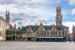 Basilique du sang saint sur la place de Burg et la tour de Belfort, Bruges, Belgique photographie stock