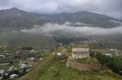 Basilique et tour de guet de Sioni au-dessus de vallée et de géorgien militaire Photos stock