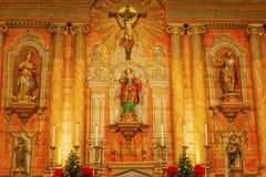 Basilique Mary Statue Mission Santa Barbara croisée la Californie Images libres de droits