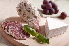 basilu brie winogron salami pokrojony tradycyjny Fotografia Royalty Free