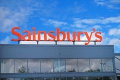 Basingstoke, Hampshire, R-U - 17 octobre 2016 : Stockez l'avant de l'hypermarché de Sainsburys dans le parc Basingstoke de Kempsh Photographie stock libre de droits