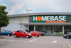 BASINGSTOKE, HET UK - 20 JULI, 2016: Ingang en parkeerterrein van de het huisverbetering van HomeBase DIY opslag Royalty-vrije Stock Afbeelding
