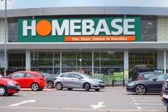 BASINGSTOKE, HET UK - 20 JULI, 2016: Ingang en parkeerterrein van de het huisverbetering van HomeBase DIY opslag Royalty-vrije Stock Afbeeldingen