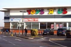 Basingstoke, Regno Unito - 5 dicembre 2016: Esterno dell'ipermercato di Toys R Us Toys R Us è una catena internazionale dei negoz Fotografia Stock