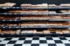 Basingstoke, Reino Unido - 7 de agosto de 2017: Fileiras do pão e do outro p cozido imagem de stock
