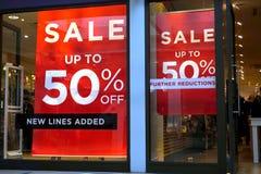 Basingstoke UK - Januari 04 2017: Shoppa framdelar av UK-modediversehandel med 50% av Sale tecken royaltyfria foton