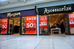 Basingstoke UK - Januari 04 2017: Shoppa framdelar av monsun och Accessorize modediversehandel med 50% av Sale tecken Fotografering för Bildbyråer