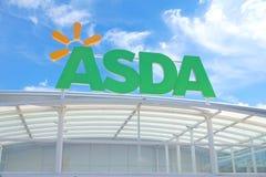 BASINGSTOKE UK - JULI 20, 2016: Lagra framdelen av ASDA-supermarket i Brighton Hill Arkivbilder