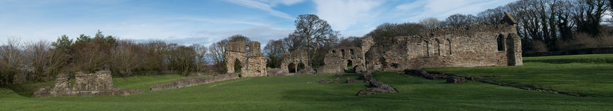 Basingwerk修道院历史的废墟在未开发的地区,在Holywell北部威尔士附近 免版税库存图片