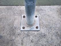 Basis des elektrischen Postens befestigt mit Rusty Bolts und Nüssen lizenzfreie stockfotos