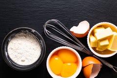 Basis van de boter van de Bakkerijvoorbereiding, bloem, eierdooiers op zwarte sla Stock Fotografie