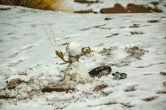 Basis van vulkaan Teide De sneeuwman op een snowboard liet vallen zijn GoPro Lava ctones met witte sneeuw Teide Nationaal Park, T royalty-vrije stock foto's