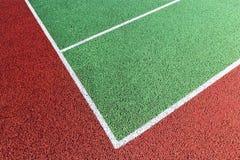 Basislijn op groene tennisbaan Stock Fotografie