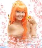 Basisrecheneinheitsmädchen im Wasser mit Blumen #2 Stockbild