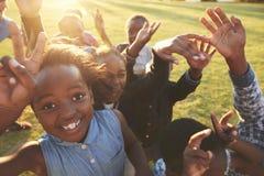 Basisschooljonge geitjes in openlucht, hoge hoek, lensgloed royalty-vrije stock foto