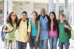 Basisschoolklasse buiten Stock Afbeeldingen