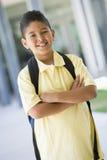 Basisschoolleerling buiten Stock Afbeeldingen