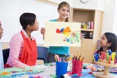 Basisschoolleerling in kunstklasse stock foto's