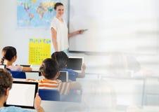 Basisschoolleraar met klasse royalty-vrije stock foto