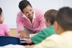 Basisschoolleraar met leerlingen Stock Afbeelding
