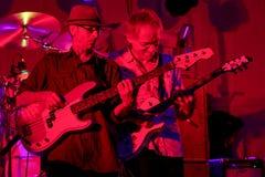 Basist Joe Azzarello och gitarrist Lorne Hemmerling på etapp med deppighetmusikbandet, tryckluftsborr royaltyfria bilder