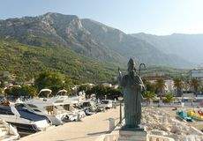 Baska Voda, Хорватия - август 2018: Статуя St Nicholas в Baska Voda, Хорватии стоковое фото