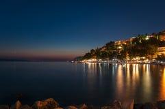 Baska Voda i Kroatien på natten. Arkivfoto