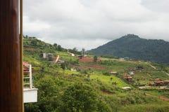 Baskenlanddorf mit Feldern und Obstgärten auf Berg Stockfoto