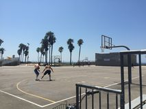 Basket-ball à la plage photos stock
