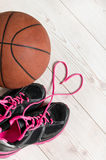 Basket-ball au coeur Photographie stock