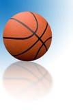 Basket-ball avec la réflexion Photographie stock