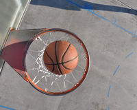 Basket-ball dans la pleine image de cercle Photos stock