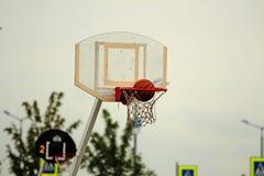 Basket-ball dans le panier image stock