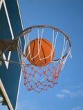 Basket-ball dans le réseau Photos stock